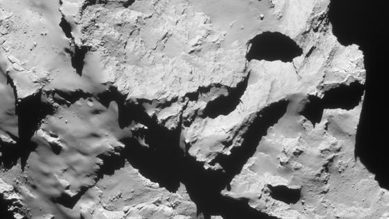 La cámara de navegación de Rosetta (NavCam) ha capturado cinco imágenes poco después de que la sonda iniciara la maniobra de colisión la pasada noche. Las fotos han sido utilizadas por los equipos de dinámica de vuelo para confirmar que la nave está en camino hacia su objetivo en la región Maat del cometa 67P. Las fotos fueron tomadas cuando la sonda se encontraba aproximadamente a entre 20 y 17 km del centro del cometa. La que está sobre estas líneas es una de ellas.