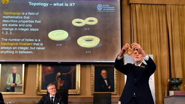 Thomas Hans Hansson, uno de los miembros de la Real Academia de Ciencias, explica el premio con una especie de bagel en las manos