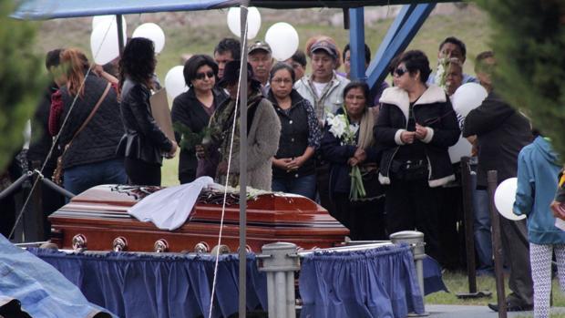Momento del entierro del sacerdote Alejo Naborí en la ciudad mexicana de Puebla