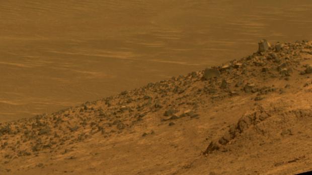 Esta escena del rover Opportunity de la NASA muestra el lindero Wharton, que forma parte de la pared sur del Valle Maratón en el borde del cráter Endeavour