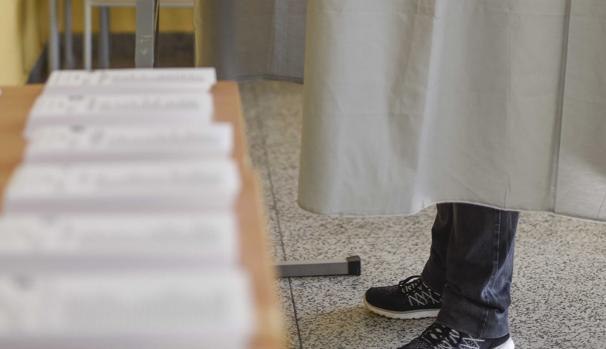 Un hombre deposita en una urna un sobre con 200 euros en su interior