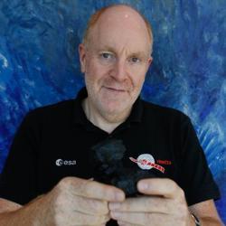 Mark McCaughrean sostiene un modelo del cometa 67P
