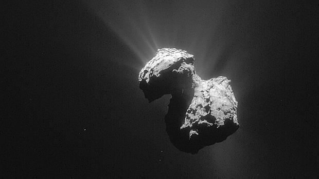 El cometa 67P/Churyumov-Gerasimenko, en una imagen tomada el 7 de julio de 2015 por la sonda Rosetta desde una distancia de 154 kilómetros