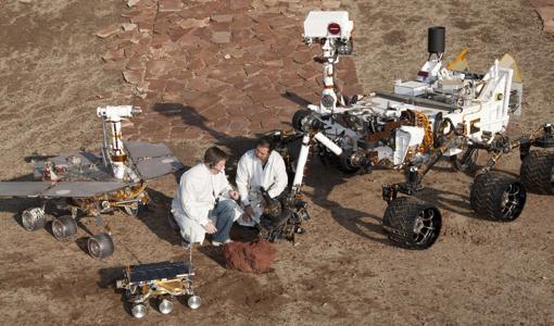 Réplicas en tamaño real de los principales rovers de la NASA. Con el paso de los años aumentó su tamaño y potencia. A la izquierda el Opportunity, debajo el Sojurner de la Pathinder, y a la derecha el Curiosity