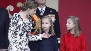 Elegancia sobria de la Reina en el desfile del 12 de Octubre