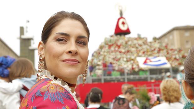 Miles de personas confeccionan con flores el manto de la Virgen del Pilar en Zaragoza