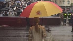 El paraguas de Cifuentes, uno de los protagonistas del desfile del Día de la Fiesta Nacional