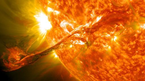 Una llamarada saliendo de la corona solar, el 31 de agosto de 2012