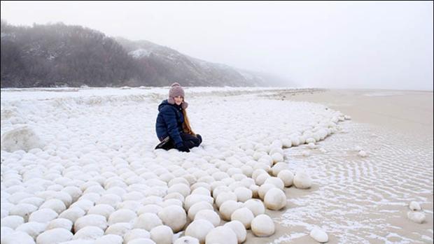 Fotografia tomada en una playa de Siberia, sobre las bolas de hielo