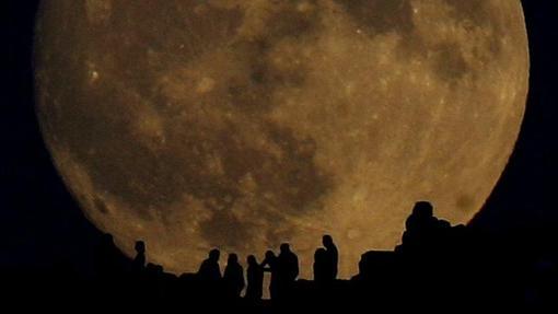 Luna llena sobre Atenas, en una imagen de archivo