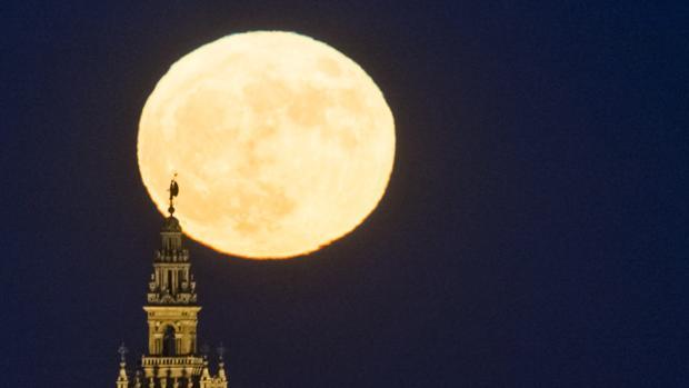 Imagen de la superluna en Sevilla