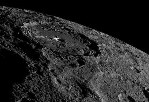 Cráter Occator. En el centro se aprecia la acumulación de materiales del subsuelo expuestos tras el impacto