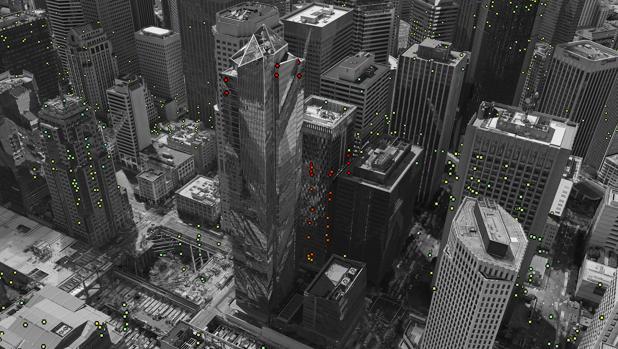 La Torre del Milenio en San Francisco se hunde casi 50 mm al año. Los puntos de colores representan objetivos observados por el radar. El verde son los objetivos estables.