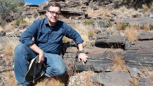 El investigador Andrew Czaja señala el lugar donde se encontraron los fósiles de bacterias