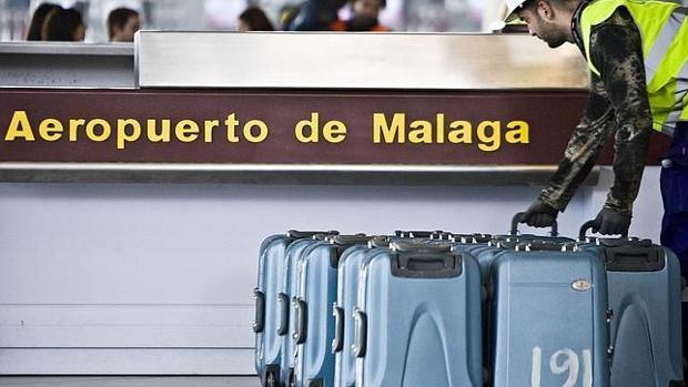 Detenidas en Málaga cuatro personas por alteración del orden en un avión