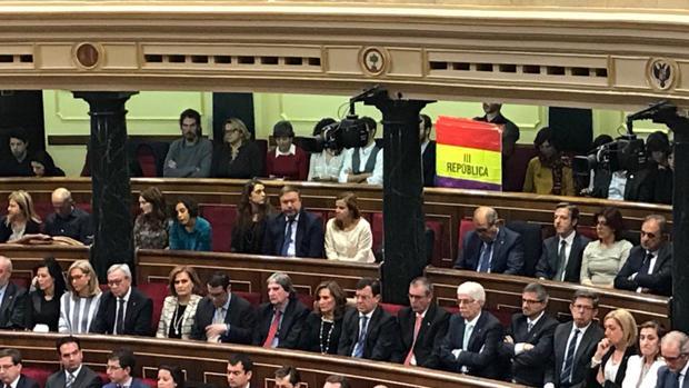 El senador de Izquierda Unida Iñaki Bernal sostiene una bandera republicana en el Congreso