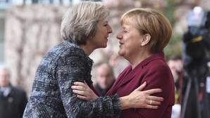 Theresa May afirma que su gobierno está «preparado» para iniciar en marzo el «Brexit»