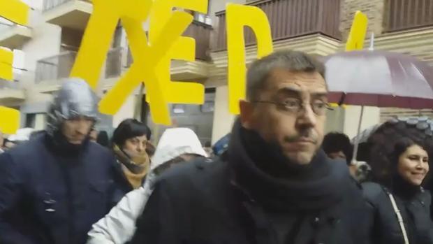 Los alcaldes de la Sakana, Aitor Larraza (2d), de Irurtzun; Eneka Maiz (2i), de Etxarri Aranatz; Ainhara Ayestaran (d), de Huarte Arakil, y el teniente alcalde de Alsasua, Pedro Jiménez (i), durante la rueda de prensa que han ofrecido el jueves frente al Ayuntamiento de dicha localidad, para exponer su postura sobre los hechos ocurridos en Alsasua y mostrar su adhesión a la manifestación de este sábado