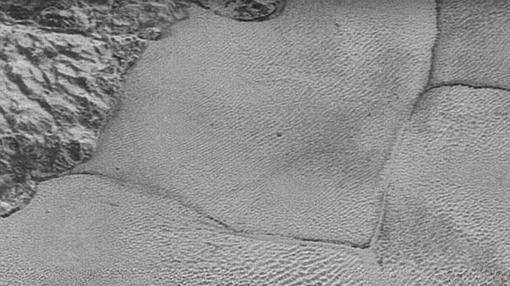 Polígonos formados en la llanura de hielo que forma el corazón de Plutón