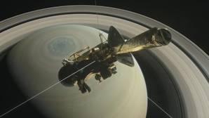 Esta ilustración muestra la nave espacial Cassini de la NASA por encima hemisferio norte de Saturno antes de uno de sus 22 grandes inmersiones finales
