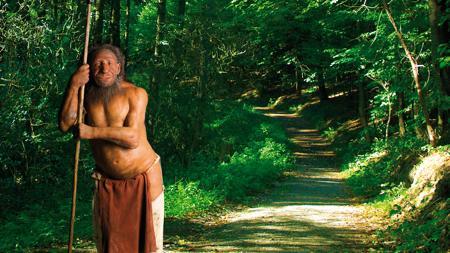 Recreación de un neandertal en un bosque