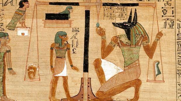 El dios de la muerte, Anubis, a la derecha, vigila la balanza en la que se pesaban los corazones de los difuntos durante el Juicio de Osiris