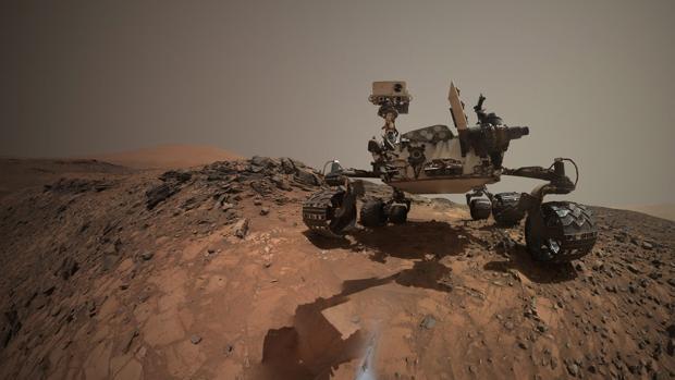 Fotografía cedida por la NASA que muestra una autorretrato del vehículo explorador de la NASA en Marte Curiosity sobre una roca 'Buckskin' en el área de 'Marias Pass' en la parte baja de Mount Sharp en Marte