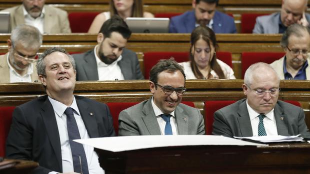 El conseller de Interior, Joaquim Forn (i), el de Territorio y Sostenibillidad , Josep Rull (c) y el de cultura Lluís Puig (d) en el Parlament