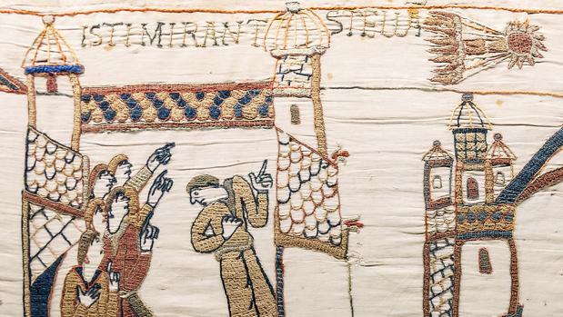 Detalle del tapiz de Bayeux en el que se aprecia el cometa Halley. «Miran asombrados la estrella», dice la frase bordada