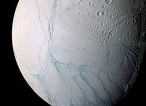 Torturada superficie de hielo de la luna Encélado, tal como la vio Cassini en 2006