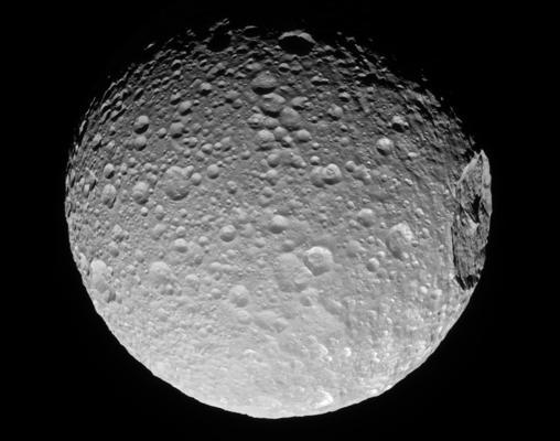 Mimas parece la «Estrella de la Muerte» de «La guerra de las galaxias». Tiene un gigantesco cráter de impacto en un costado que a punto estuvo de destruirla por completo