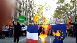 Dos encapuchados queman las banderas de España, Francia y la UE en la marcha de Arrán por la Diada
