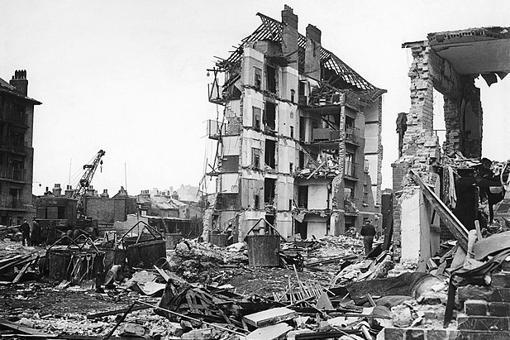 Estragos causados por un misil V-2 en el barrio de Whitechapel, Londres, el 27 de marzo de 1945. El cohete mató a 134 personas