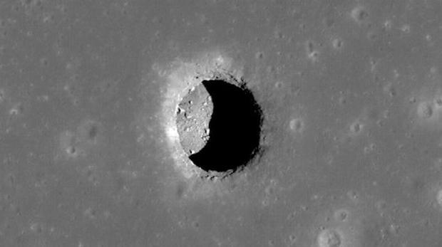 En la imagen uno de los agujeros descubiertos hace años por la NASA en la Luna, posibles entradas a cuevas