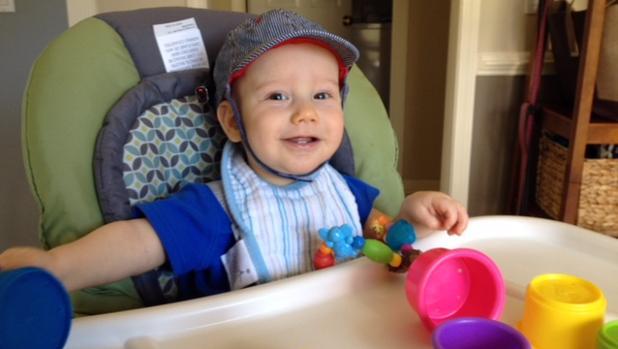 Un bebé que participa en el estudio usa un sombrero con dos cámaras pequeñas para capturar su punto de vista