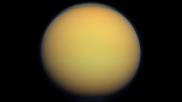 Titán es la única luna del Sistema Solar con una atmósfera densa. Está compuesta sobre todo por ntirógeno, como la terrestre