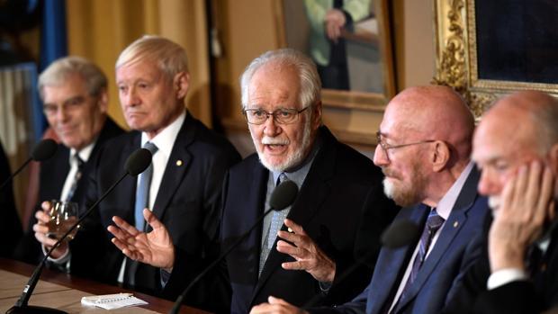 Los ganadores del Nobel de Química 2017, el británico Richard Henderson, el germano-estadounidense Joachim Frank, y el suizo Jacques Dubochet, y los cientícos estadounidenses galardonados en Física, Kip S. Thorne y Barry Barish, ofrecen una rueda de prensa en la Real Academia Sueca de las Ciencias en Estocolmo, Suecia, este jueves