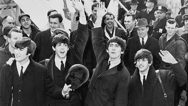 Los Beatles: McCartney (segundo hacia la derecha) con Lennon, Harrison y Starr, arribando en el Aeropuerto Kennedy en febrero de 1964.