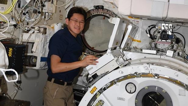 El astronauta japonés Norishige Kanai, en la Estación Espacial Internacional (ISS)