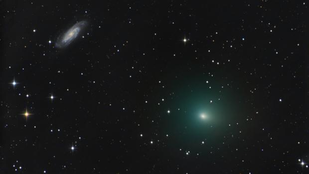 El cometa 41P avanza bajo la galaxia NGC 3198. El resplandor verde proviene de la lua emitida por las moléculas de carbono diatómico