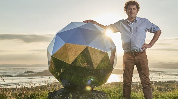 Peter Beck, junto a su creación, que ya está en el espacio