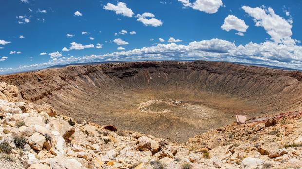 Cráter Barringer, en Arizona, Estados Unidos. Alcanza los 1,2 kilómetros de diámetro y fue provocado por un meteorito de níquel-hierro de cerca de 50 m de largo