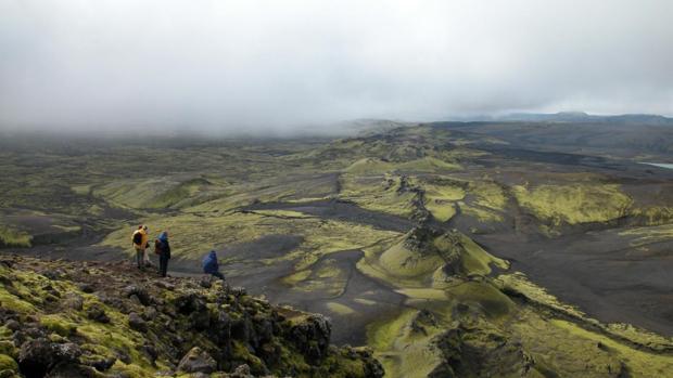 Investigadores observan la fisura del volcán Laki. Su erupción fue una de las más mortíferas de la historia
