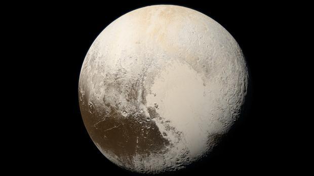 Imagen en color natural de Plutón tomada por la nave New Horizons de la NASA en 2015