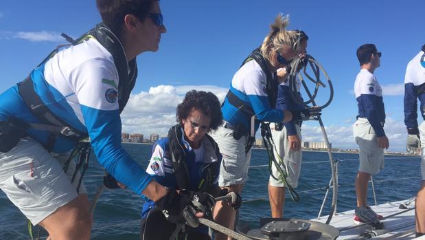 Cinco mujeres cruzan a vela el océano Atlántico después de vencer al cáncer