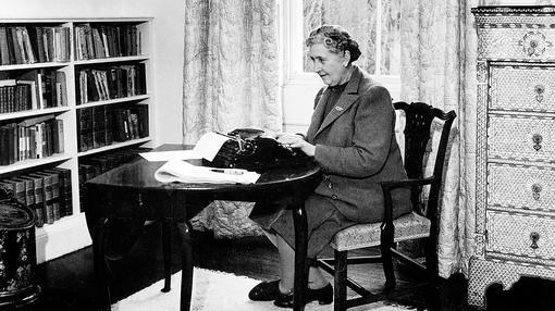 La célebre escritora Agatha Christie, en 1945