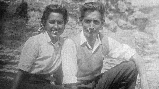 Miguel Delibes junto a su esposa en la juventud.