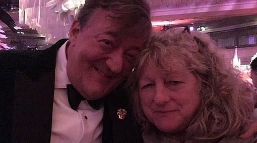Stephen Fry, junto a Jenny Beavan, tras los Bafta