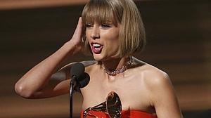 Taylor Swift comparte reinado con Kendrick Lamar en unos Grammy tributo a David Bowie