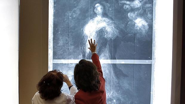 La consejera de Cultura, Rosa Aguilar, en el departamento de conservación
